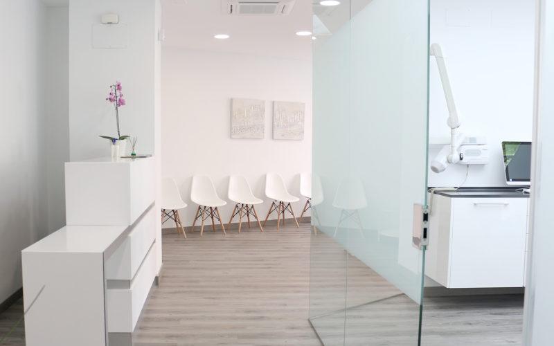 Recepción y sala de espera de la Clínica Dental Kio
